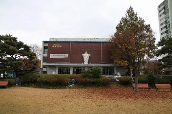 성지에서 바라 본 윤호관. 윤호관 내에는 전주가톨릭신학원이 자리하고 있다.