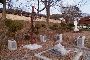 여산 동헌 아래 있는 백지사터 성지. 백지사형을 당하는 순교자의 모습이 화강암으로 조각되어 있다.