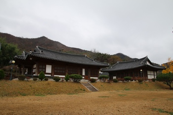 2008년 전통 한옥 양식으로 건립된 천호 성당과 사제관.