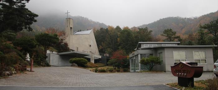 부활 성당(좌)과 성지 사무실(우). 부활 성당 지하에는 봉안경당이 마련되어 있다.