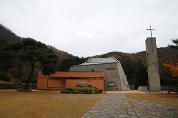 2007년 봉헌식을 가진 천호 부활성당. 성당 지하에 봉안경당이 마련되어 있다.