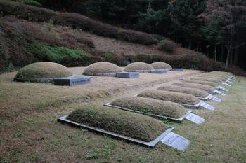 천호 성지의 순교성인 묘역.