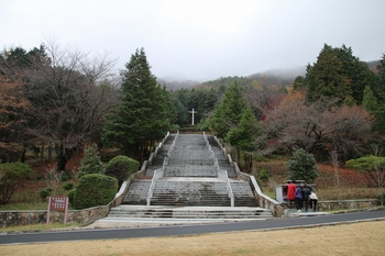 계단을 올라가면 순교성인 묘역이 나온다.