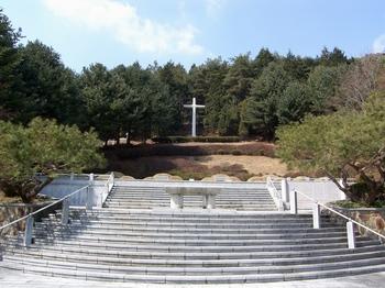 계단 위에 천호 성지의 순교성인 묘역이 조성되어 있다.