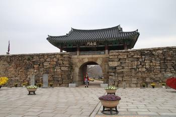 해미 읍성의 진남문과 성벽 모습.