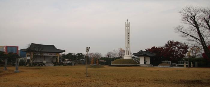 해미 무명 순교자 기념성당 맞은편 광장에는 무명 생매장 순교자들의 묘와 해미 순교탑, 야외제대, 2014년 8월 16일 시복된 해미 순교자 3위 복자상이 세워져 있다.