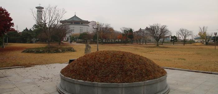 해미 무명 생매장 순교자들의 묘에서 바라본 성지.
