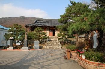1906년 샤플랭 신부가 세운 사제관으로 몸체는 서양식 석조 양식, 지붕은 골기와를 이은 전통 한국식이다. 2001년 1월 경기도 기념물 제176호로 지정되었다.