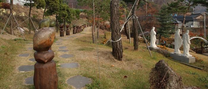 성당 뒤편 언덕에 성모동산과 묵주기도 길이 조성되었다.