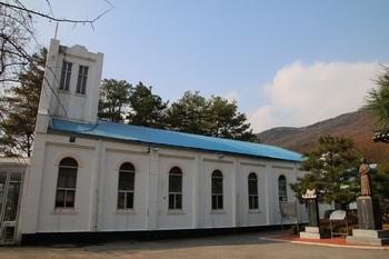 옛 사제관 앞마당에서 본 성당 옆모습.