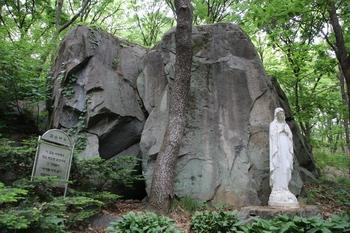 정은 바오로와 가족들이 박해를 피해 숨어 생활하던 검은 바위 앞에 성모상이 세워져 있다.