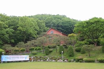 언덕 위에 건립된 성당 외부.