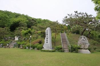 단내 성지의 성가정 광장 모습. 광장 위에 순교자 묘역이 자리하고 있다.
