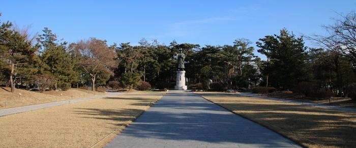 박물관 입구에서 본 광장과 성 김대건 안드레아 신부상.