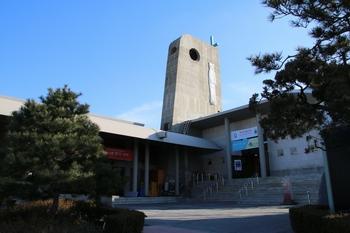 한국천주교순교자박물관 모습. 왼쪽이 박물관, 오른쪽이 병인박해 100주년 기념성당이다.
