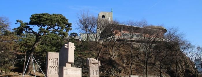 병인박해 100주년 기념성당 아래로 절두산 순교자 기념탑이 보인다.