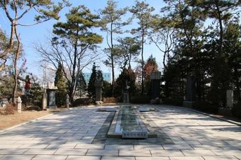 성 김대건 신부상 뒤편에 박순집 베드로의 묘와 공적비, 남종삼 성인의 흉상, 은언군과 송 마리아의 묘비 등이 전시되어 있다.