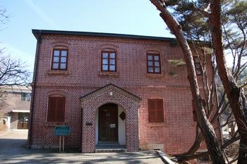 1912년 완공되어 현재는 유물관으로 사용하는 구 사제관. 2005년 등록문화재 제163호로 지정되었다.