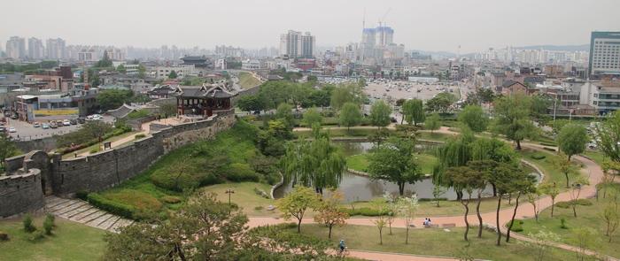 수원화성 동북포루에서 본 방화수류정과 수원화성 및 시내 풍경.