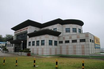 목포 선교 100주년과 한국 레지오 마리애 도입을 기념해 1998년 축복식을 가진 기념관 외부.