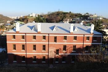 2016년 복원 공사 후의 구 교구청 건물. 2012년 등록문화재 제513호로 지정되었다.