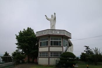 목포 시내를 품에 안듯 설치된 예수성심상.