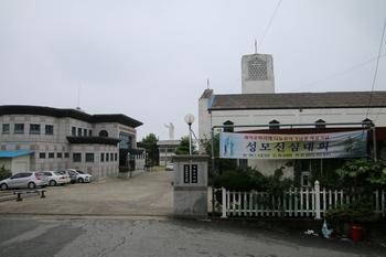 성당 입구에서 보면 왼쪽에 목포 선교 100주년 한국 레지오 마리애 기념관이 있고, 오른쪽에 성당이 있다.