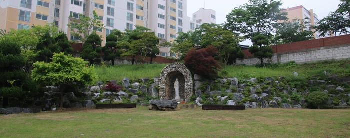 함평 성당 마당에서 본 옛 성당과 교육관.