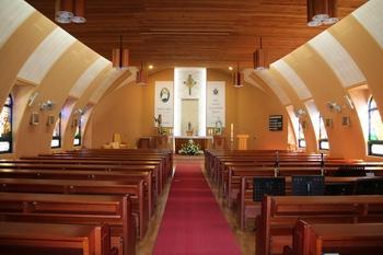 1958년 건립 후 2006년 개축공사를 통해 정해박해를 상징하는 옹기 가마터 모형의 돔형으로 예수님의 갈비뼈를 형상화한 성당 내부.