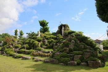 성당 입구 오른쪽 마당에 성모동굴이 조성되어 있다.