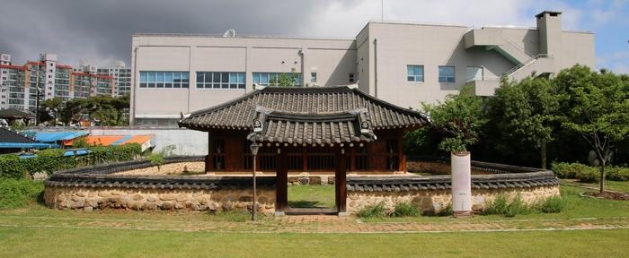 2008년 본당 설립 50주년 기념으로 성당 뒷마당에 복원한 옥사.