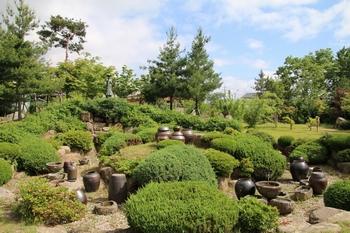 2001년 성역화 사업을 본격화하면서 성당 뒷마당에 조성한 하늘못. 옹기를 구우며 신앙생활을 유지했던 선조들의 삶을 상징하는 연못이다.