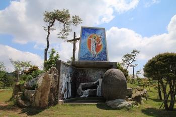 부활동산과 대형십자가.