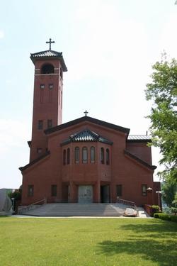 고산 성당 외관. 한옥과 바실리카 형식을 절충한 장방형 건물에 종탑이 있는 독특한 구조이다.