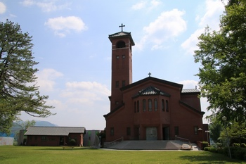 1891년 설립된 되재 본당에 뿌리를 두고 있는 고산 성당. 한옥과 바실리카 형식을 절충한 장방형 구조로 건축되었다.