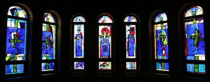우리 가운데 계신 예수 그리스도를 표현한 성가대석 뒤편 유리화.