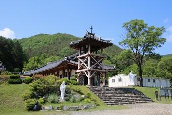 고산 성당의 모태인 되재 성당. 2004년 전라북도 기념물 제119호로 지정된 이후 복원작업을 시작해 2009년 축복식을 가졌다.