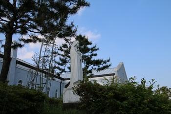 성당 옆으로 주보인 아기 예수의 성녀 데레사상이 세워져 있다.