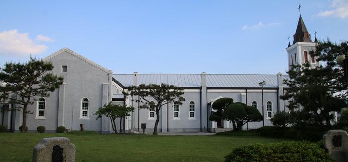 성당 외관. 사진 왼쪽 제대 방면에 십자형으로 증축한 공간이 보인다.