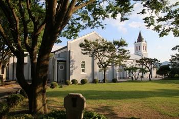 성당 옆마당 풍경. 넓은 잔디 광장 주위로 십자가의 길이 조성되어 있다.