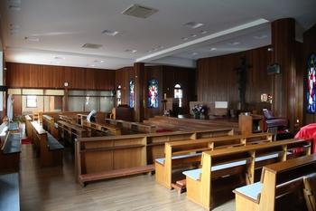 성당 제대. 1991년 일자형에서 십자형으로 증축된 공간이 보인다.