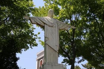 삼척시를 한 눈에 내려다보는 위치에 서 있는 부활 예수상.