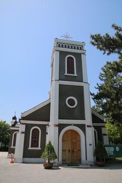 코너스 신부가 건립하여 1957년 봉헌식을 가진 성당 외관. 2004년 등록문화재 제141호로 지정되었다.