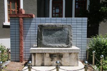 1999년 본당 설립 50주년을 기념해 성당 뒤편에 설치한 진 야고보 신부 순교기념비. 초대 주임인 매긴 야고보 신부는 6.25 때 공산군에게 피살되었다.