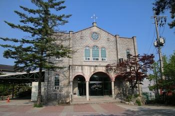 2000년 본당 설립 70주년을 기념해 건립한 교육복지관.