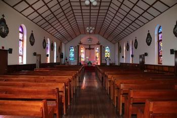 건물 폭과 높이에 비해 길이가 매우 길고, 천장 가운데는 평평하고 양쪽으로 경사진 형태의 성당 내부.