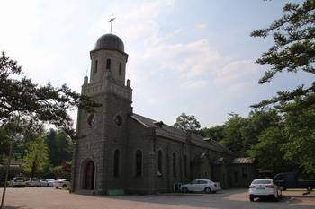 횡성 성당은 1955년 맥마흔 신부가 미군의 도움을 받아 전쟁 때 파손된 성당을 신축하여 이듬해 봉헌식을 거행했고, 2008년 등록문화재 제371호로 지정되었다.