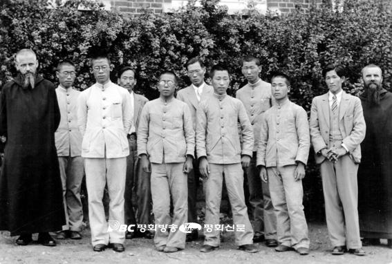 덕원 신학교 교수 신부들과 김치호(앞줄 왼쪽 교복차림 첫 번째)를 비롯한 신학생들이 기념 촬영을 하고 있다.