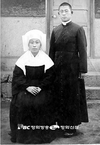 김치호 신부가 누나 김 마리아나 수녀(1950년 10월17일 피살)와 기념 촬영을 하고 있다.