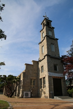 1955년 크로스비 신부가 완공한 석조 성당 외관. 석조 성당의 전형을 보여주는 건축물로 2005년 등록문화재 제162호로 지정되었다.